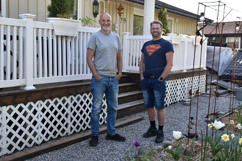 Stortrives i Fjellveien og som naboer: Steffen Arnold (t.v.) har bodd 11 år i Fjellveien og bor her med sønnen, samboeren og katten Miffos, mens Ronny har bodd i Fjellveien i 14 år sammen med kona og to barn.
