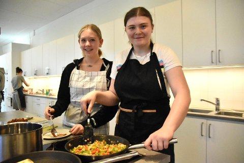 Sara Solberg (f.v.) og Nanna Zaharoula Ampeliotis hadde valgt en film som tema for sitt lags gode mat.