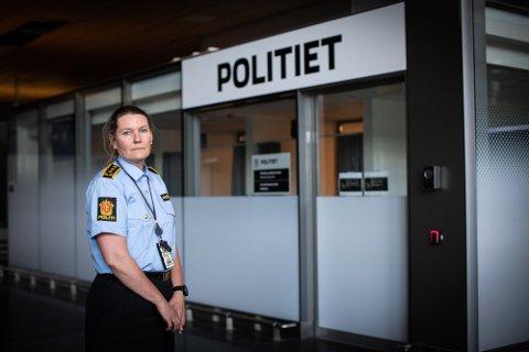 UTFORDRENDE: Seksjonssjef for grensepolitiet på Oslo lufthavn, Ragnhild Aass, forteller om utfordrende tider for politiet på flyplassen i forbindelse med at det kommer stadig flere reisende.
