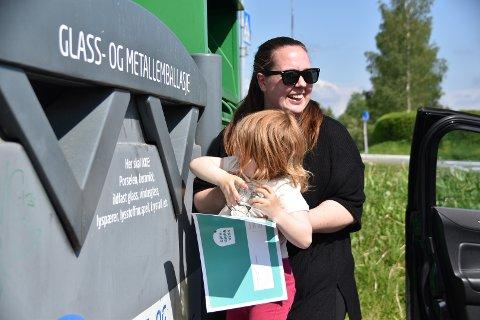 Tuva er en skikkelig god hjelper når mamma Jeanett Therese Dahl leverer glass og metall til gjenvinning. Tirsdag sikret det familien 5.000 kroner i ROAF og Sirkels Gjenvinn og vinn-lotteri.