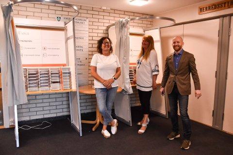 Her kan kan du forhåndsstemme. F.v. konsulent Sonja Tomasbråten, valgansvarlig Hilde Karlsen, og kommunikasjonskonsulent Aksel I. Edgar-Lund.