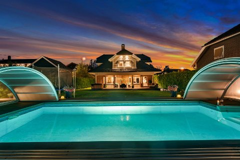 SPA-LUKSUS: Svømmebassenget i hagen er nedfelt i en terrasse der det også er både grillhytte og utekjøkken.