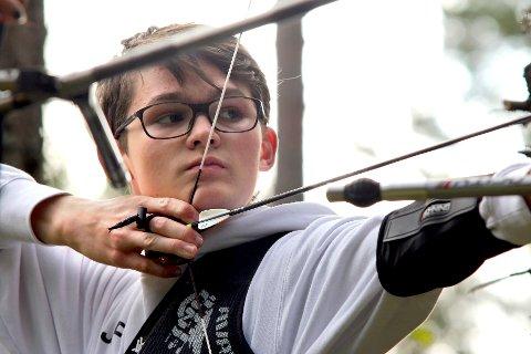 Joakim Flateby (15) sikret seg sølvmedalje under norgesmesterskapet i bueskyting felt ved Sørmarka i helgen.