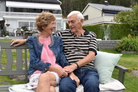 Ellen og Oddvar Stubberud har lagt ned mange timer i den frodige hagen i Fjellveien. - Vi synes det er gøy og da blir det ikke jobb. Det gir oss så mye, sier de.