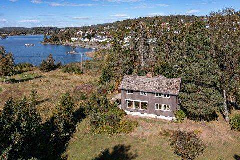 Kjellgårdveien 8 ligger ved sørenden av Våg. Eiendommen er på ni mål og har egen strandlinje mot øst. Huset ble bygget i 1954.