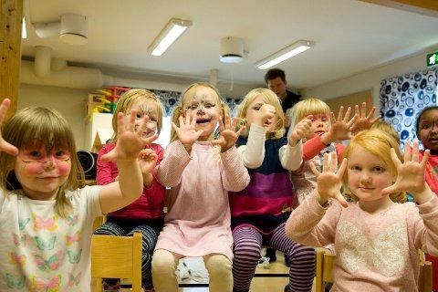 HUNDRE TUSEN: Barnehagene i Nordkapp kommune har fått 100 000 kroner til utviklingstiltak. Arkivbilde av barn i Skårungen barnehage: Kim Gaare