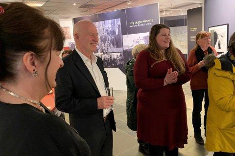 ÅPNINGSFEST: Hilde Nielsen sammen med Leif Gabrielsen ved åpningen av fotoutstilling med bilder av Leif Gabrielsen og Kåre Kivijärvi. Utstillingen kan du fortsatt se på Nordkappmuseet i Honningsvåg.