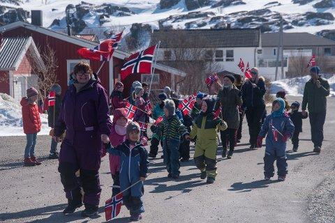 HIPP HURRA: Det var nydelig vær da barnehagen tok feiringen på forskudd i Kjøllefjord.