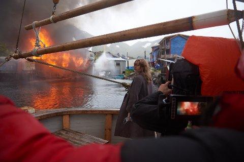 """Fra filmsettet når den siste """"tyskerbrakka"""" i Kamøyvær var satt i brann."""