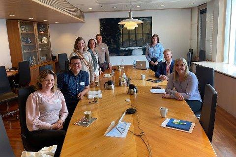 Fra venstre: Christine B. Killie, gruppeleder Troms og Finnmark Høyre i fylkestinget, Benjamin Furuly, Marianne Haukland, stortingsrepresentant for Finnmark Høyre, Sirin Figenschou Høyen, Dan Nilsen, Sharon Fjellvang, Tony Christian Tiller og Tina Bru, olje- og energiminister.