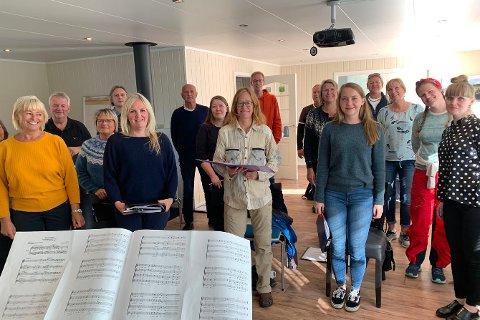 ØVER ENDELIG I LAG IGJEN: Liss-Berit Johansen (til venstre) og andre i Honningsvåg Blandakor.