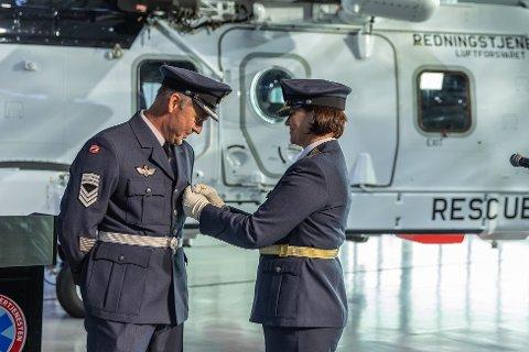 Kommandérsersjant Fritz Gulbrandsen får tildelt medaljen av sjef for Luftforsvaret, generalmajor Tonje Skinnarland, i forbindelse med det nye redningshelikopteret på Sola flyplass.