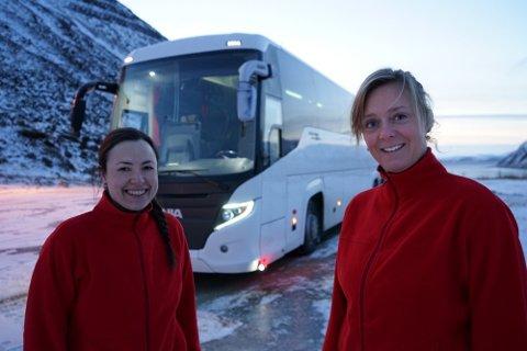 STOLTE: Lorena Suarez (t.v.) og Marjolein ten Hoopen kjøpte inn nye busser til turistsesongen i 2020. Foto: North cape tours