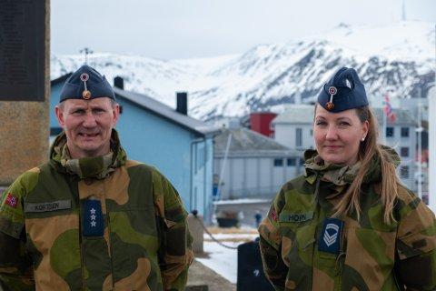 UNIFORMERT: Jan Gustav Kortsen (t.v.) og Hilde Horn møtte opp i uniform for å være med på markeringen av 8. mai.