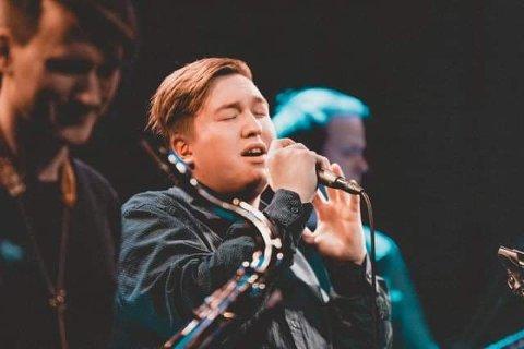 Mads Robert Berg Nilsen tilbyr gratis sangtimer i Kjøllefjord i sommer. - Her er det plass til alle, understreker Nilsen.