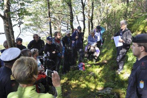 PÅ ROSKA: Bjarte Sindre held føredrag for oppe på Roska. Klarar du sjå manusforfattar Petter Rosenlund? Han står til venstre på bildet, til like til høgre for treet. Foto: Oddvar Isene.