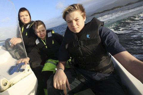 På leit: Ådne Martin Larsen fremst saman med «skipper» Sanne Iren Larsen og Simon Bertin Larsen. No håpar dei å finne ut kor teinene har teke vegen. Begge foto: Arve Solbakken.,