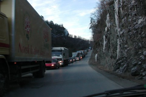 STENGD I PERIODAR: I dag torsdag skal det renskast is på Riksveg 5, og vegen vil bli stengd i halvtimesbolkar.