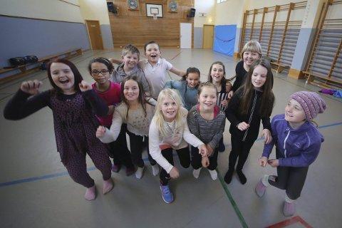 1 TEK SATS: Ei handfull av dei 21 energiske, unge stjerneskota som er med i Florø Musikkteater sin musikalskule, og som du kan sjå på scena om to veker.