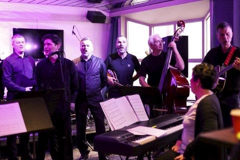 FOR TRIMROM: Mannskoret Gammen i konsert på Kysten bar og restaurant. Framme til høgre dirigent Jorunn Bakke Nydal. Foto: Heidi Hattestein