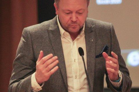 KLAR TALE: Bengt Solheim-Olsen (H) kunne forsikre eikefjordingen Storevik at det er stor skilnad på sjukehuset og Strandgata. Foto: DNF