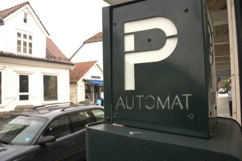PARKERINGSAUTOMAT I STRANDGATA I FLORØ. P- AUTOMAT PARKOMETER AUTOMAT FOR PARKERINGSAVGIFT