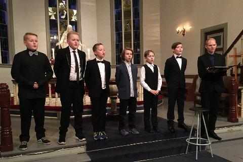 GULLSTRUPER: F.v.: Kristian (11) og Sondre Hals Trædal (12), Eirik Ulriksen (11), Henrik Myren Teigene (10), Odin Ospehaug Smådal (10), Torje Takle Winterthun (11) og solist Kristian Havn.