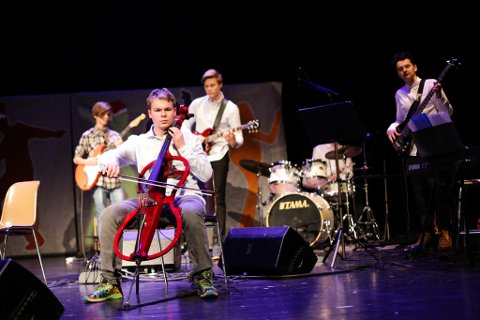 Tor Albrigtsen frontar bandet på el-cello. Sjå bildeserie lenger nede i saka.