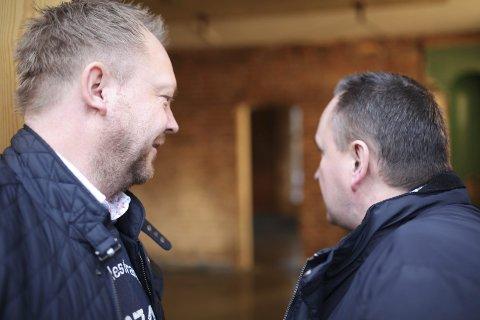 MAKTA I DAG: Ordførar Bengt Solheim-Olsen t.v. og rådmann Terje Heggheim studerer dei gamle murveggane i det som var gamle gullsmeden i rådhuset.  Foto: DNF