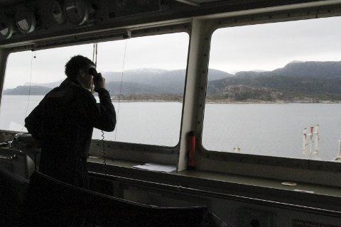 Losen Ove Henning Smelvær kommuniserer med kaptein og styrmann på brua, med taubåtane og med kaia på fjordbase der båten skal legge til.        Alle foto: Liv Standal
