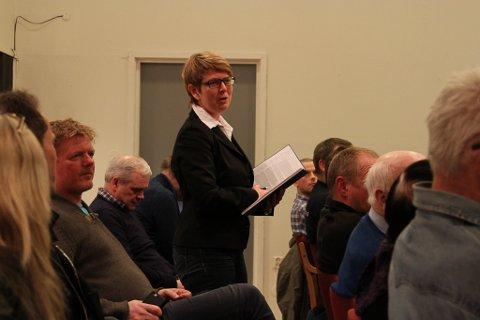 Elin Tveit Sveen på Flora Ap sitt møte om Engebø-saka måndag kveld. - Det som har mangla i alle konsekvensutgreiingar er å sjå på konsekvensane for sjømatnæringa. Foto: Liv Standal