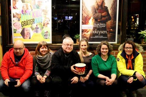 Frå venstre Arne Hjort Johansen, Marit Gjerstad, Ingvar Hopland, Maria Torheim Bjelkarøy, Siri Sande og Marie Stenbakk var initiativtakarar til Florø Filmklubb.
