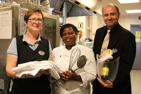 Frå venstre husøkonom Kjellaug Risøy, kokk Bernice Bedie og F&B-manager Magne Kirkeeide på Quality Hotel vil gjere alt som står i deira makt for at alle som er innom hotellet kommande helg skal kose seg.