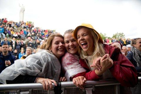 Regnhatten har vore god å ha under årets festival.