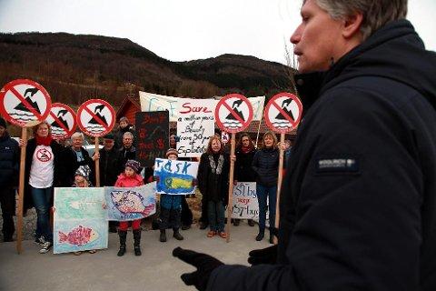Venstre har vore synleg i Vevring over tid, her er Ola Elvestuen (V) på besøk i februar 2014. Laurdag kjem sjefen hans, Heidi Grande Røys til Vevring saman med leiaren i MDG og SV. (Foto: Heidi Hattestein)