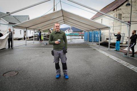 – Vi har det meste under kontroll no, men det er klart ein er litt stressa, seier Fredrik Helland. Her set frivillige opp festivalteltet som skal romme 700 menneske frå torsdag-laurdag.
