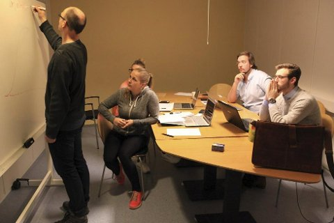 Espen Albrektsen frå Florø er ein av dei lokale som har undervist subseastudentane i statikk og fasthetslære, og vil framover også undervise i statistikk. Foto: David E. Antonsen