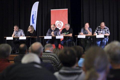 Paneldebatt: F.v.: Audun Åge Røys (H), Charlotte Skjølberg (Sp), Espen Sortevik (Ap), Kåre Jarl Langeland (V), Rune Nordbotten (KrF) og Marius Strømmen (Sp). Foto: David E. Antonsen