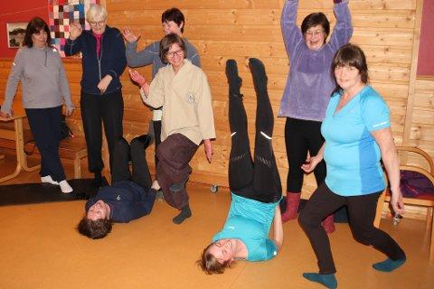 Deltakarane med instruktør Nina Standal i midten (brun bukse og kremkvit skjorte) syner fram noko av det dei har lært på kurset.