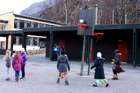 """5.-7. klasse ved Svelgen Oppvekst held på å øve inn musikalen """"Stopp"""" Ikkje mobb!""""."""