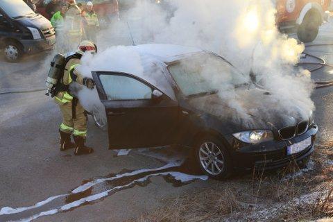 Politi og brannvesen vart raskt på pletten då det brann i ein bil på Evja.