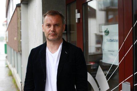 Ordførar Ola Teigen reagerer på at skattekontoret i Florø blir flytta til Førde.