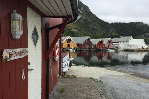 """Eigedommen """"Bremangerbu"""" på Iglandsvik Brygge. Området har dispensasjon frå reguleringsplan, som mykje av dei andre tiltaka på området i Iglandsvik. Eigarane meiner det er på tide å rydde opp i planverket."""