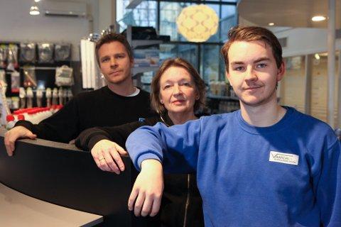KEM-linja i fare: F.v.: Heidi Nygård i Norblikk AS, lærling Sander Agledal Strømsøy og Thomas Thunes i Florø Rør AS.