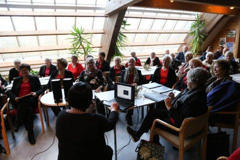 Det var mange som møtte på forteljarkafé på Kystmuseet.