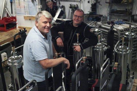 NOK EIT BRA ÅR: – Vi er godt nøgde med 2018, og 2019 ser minst like bra ut, seier salssjef i Niprox Roy Austbø. Her saman med teknikarane Ivan Bareksten og Einar Ludvigsen (bak) på verktaden på Evja, der vassrensesystema blir bygt. .