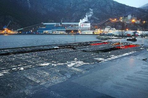 stormen gjorde skade på Firda Billag-bygget i Svelgen