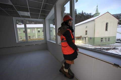 Kontrastane mellom nyskulen og gamleskulen i Eikefjord er påtakeleg. Nyskulen er mykje opnare og luftigare, påpeikar rektor Heidi Humlestøl Aasen.