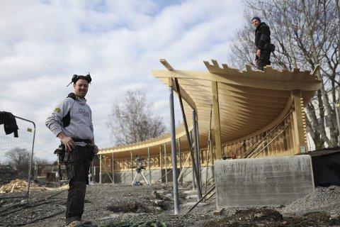 SIGNALBYGG: Snikkarane Jonny-André Berg og Andre Halsnes hos Florø bygg AS meiner dei har ein super jobb. Utfordrande, annleis og ute i vårsola.Foto: Dag Nesbø Frøyen