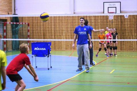 Instruksjon frå Førde: Eliteseriespelar Jarle Fornes var ein av fem Førde-spelarar som onsdag besøkte Svelgen for å trene og inspirere volleyball-ungdom i bygda. Foto: privat
